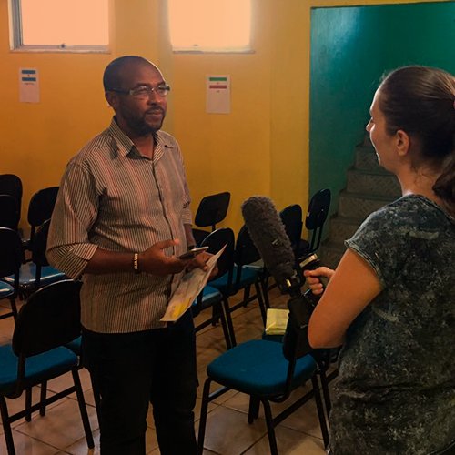 Pastor Valdecir: Realizou o culto de Páscoa na Praça Cantão, na favela Santa Marta, que estava iluminada pelo Refletor Solar de Emergência enquanto a comunidade estava sem energia elétrica
