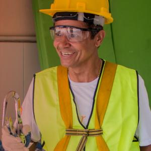O José Elias aproveitou os seus conhecimentos de elétrica e energia fotovoltaica para irrigar suas hortas comunitárias com a energia do sol.